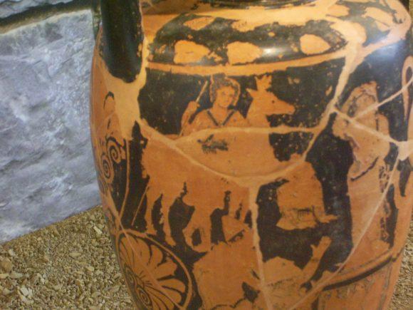Фиг. 10. Кантарос от женски гроб в Рокаглориоза с Богинята-майка със същия жест на ръката