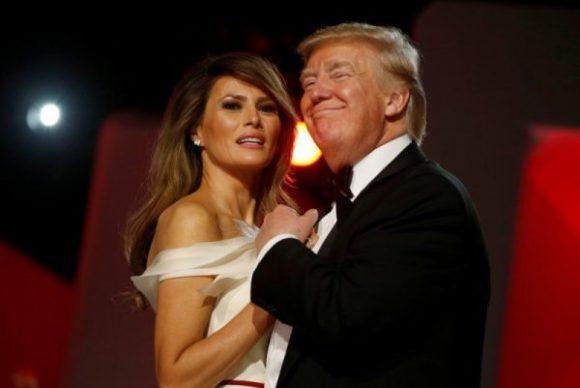 Тръмп и съпругата му Мелания танцуват на един от баловете, с които завърши тържественото му встпъване в длъжност. Снимка: Reuters
