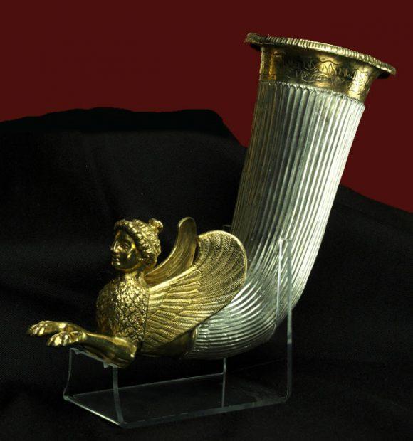 """Фиг. 12. Ритон от Боровското съкровище с типичната и за Италия сирена, наречена тук """"свинкс"""""""