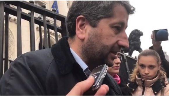 """Христо Иванов отговаря на въпроси на журналисти пред съдебната палата. Снимка: Скрийншот от видео на """"Да, България"""""""