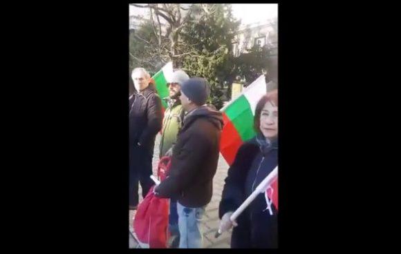 """Гражданите идват пред Президентството с националия флаг в ръце. Има и плакат с образа на Васил Левски и цитат от него """"Дела трябва, не думи"""". Всички приложени снимки в публикацияа са скрийншотове от видеоматериал, направен от участничка в протеста."""
