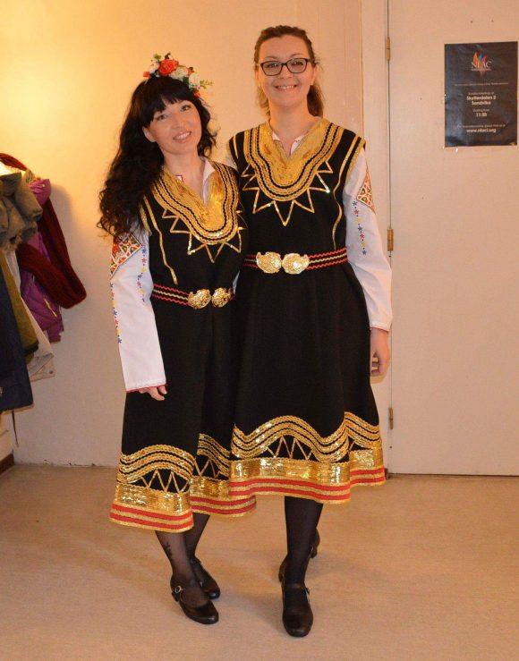 Учителките Венцислава Иванова и Веселина Витанова в народни носии