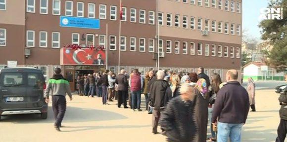 Опашка през изборна секция в Бурса. Снимка: СКрийншот от видео на TV Bulgaria он Air