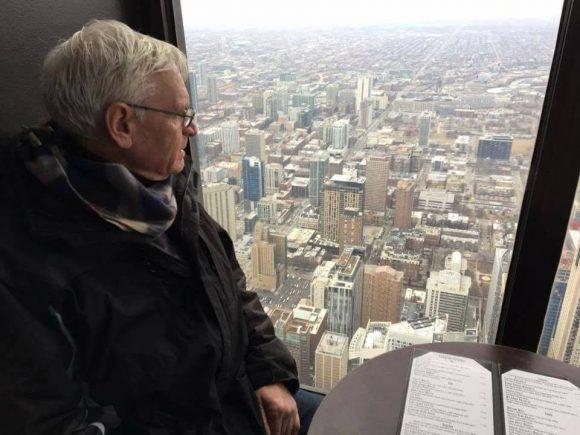 """Една от последните снимки на Георги Витанов Богат. Направена е преди няколко седмици от Симеон Гаспаров, който пише за нея: """" Това е снимката, която направих на Жоро, последния път когато се видяхме, преди няколко седмици. Тогава имахме среща, в българското консулство в Чикаго, на която разбрахме, че от библиотеката на конгреса на САЩ искат да приемат творбите на десетки наши автори. Без усилията, без ината на Жоро и без вярата му, че българите имат право да пишат, да творят, да мечтаят, където и да са по света или в родината, днес нямаше да имаме шансът да присъства българското слово в библиотеката на една от най-старите и уважавани държавни институции в Щатите. Днес, духът на Жоро полетя свободен над езерото Мичиган, за да кацне в любимото му Добринище. Сбогом приятелю! Много ще ми липсваш!"""""""