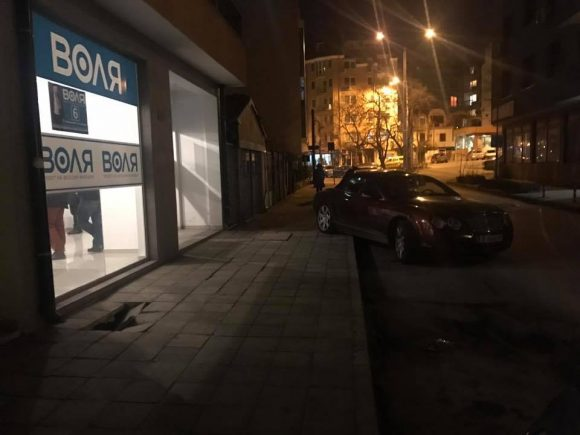"""Как Марешки паркира пред офис на партията си """"Воля"""". Снимка: Vla dun"""