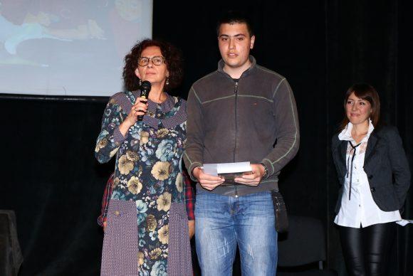 Михайлина Павлова връчва втора награда на Мартин Михалев