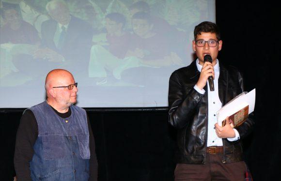 Румен Леонидов връчва наградата на Владимир Илиев