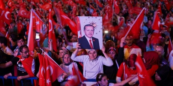 Erdogan supporters in 2016, after the attempted coup d'etat. Credits: Mstyslav Chernov (CC BY-SA 4.0)