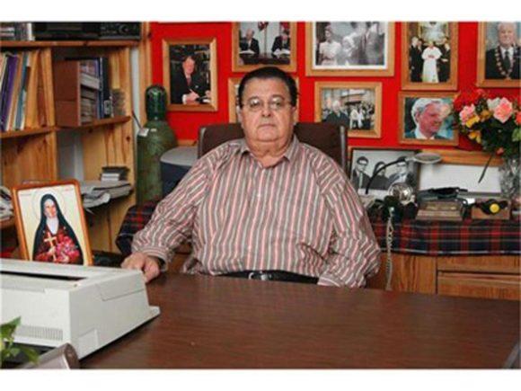 Д-р Иван Гаджев в библиотеката си в Гоце Делчев