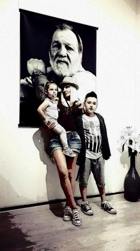 Пред портрета на Йордан Йорданов - Юри от изложбата с негови фотографии, открита вчера в Галерия Фото Синтезис https://www.facebook.com/PhotoSynthesis.bg/ в София - дъщеря му Ели и нейните деца.