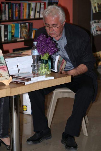 """Хасан Ефраимов чете откъс от """"Джанки в Манхатън"""" на Софийската премиера на """"Часовниковата кула"""", май 2017 г."""
