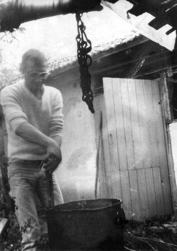 Детелин Вълков през пролетта на 1989 г., когато гостува на дядо си в същото това село Садовец, където десетилетия по-късно ще изщивее последните месеци от живота си.