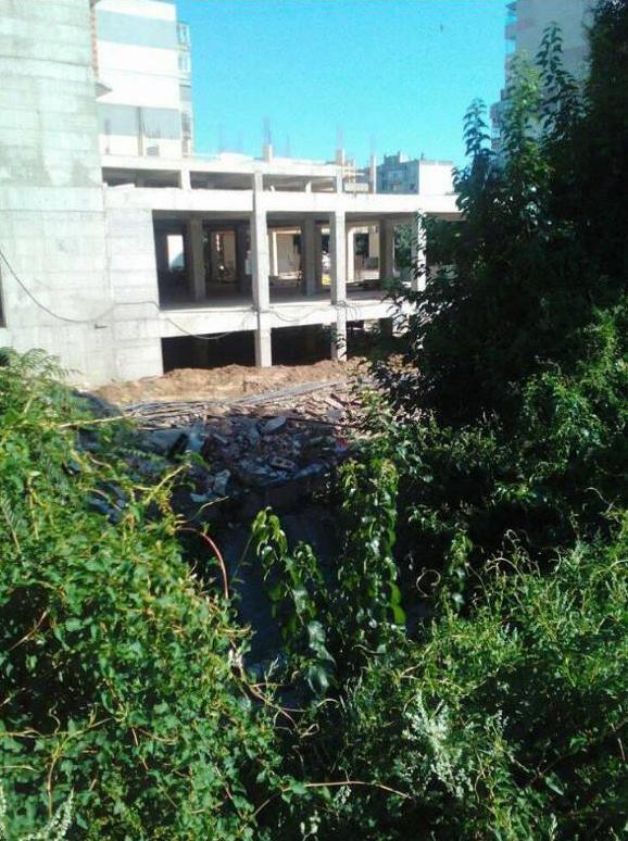 Публично-частно партньорство на общината с приближена фирма. Сроежът е в градинка. Унищожиха 20 дървета, улица, която вече я няма, и дерето е в парцел - частна собственост!